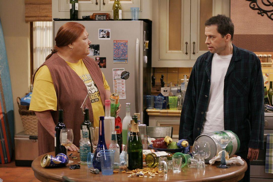 Alles wie gehabt: Berta (Conchata Ferrell, l.) und Alan (Jon Cryer, r.) ... - Bildquelle: Warner Brothers Entertainment Inc.