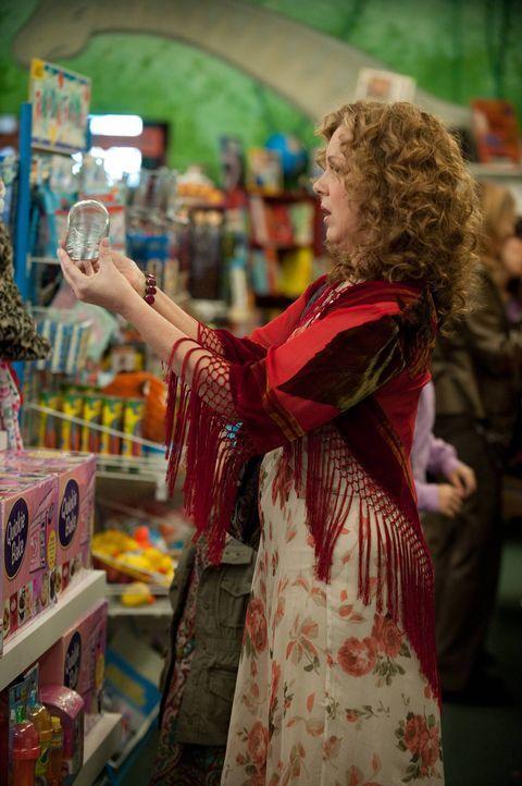 Während Elaine (Elizabeth Perkins) ihrer kleptomanischen Ader nachgeht, entscheidet sich Polly dazu ihrem Exmann in Sachen Frauen auf die Sprünge zu... - Bildquelle: 2013 American Broadcasting Companies. All rights reserved.