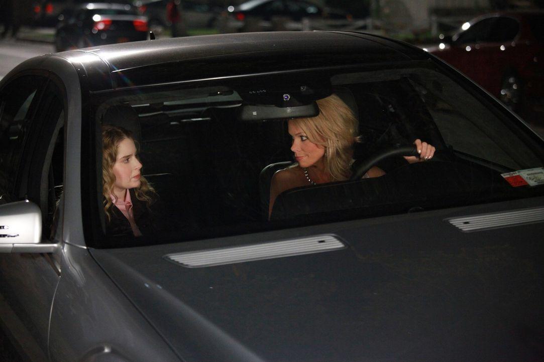 Während Dallas (Cheryl Hines, r.) ein Problem hat, als ausgerechnet ihre Erzfeindin Tulsa auf ihrer Party auftaucht, machen sich Tessa und Lisa (Al... - Bildquelle: Warner Brothers