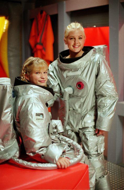 """Um Zenons (Kirsten Storms, r.) """"Mini-Me"""" werden zu können, schleust sich Dasha (Alyson Morgan, l.) in deren """"Hot Pod"""" ein ... - Bildquelle: The Disney Channel"""