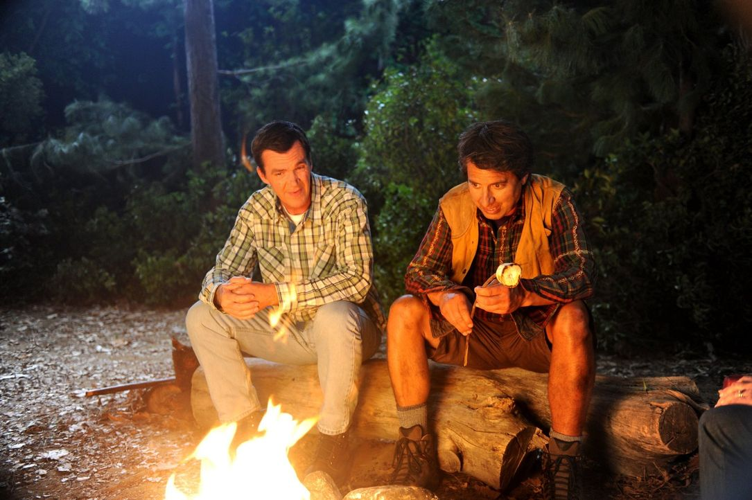 Während eines Campingtrips mit den Kindern denken Mike (Neil Flynn, l.) und Frankie an ihre Flitterwochen zurück, die sie anstatt zu zweit, zu dritt... - Bildquelle: Warner Brothers