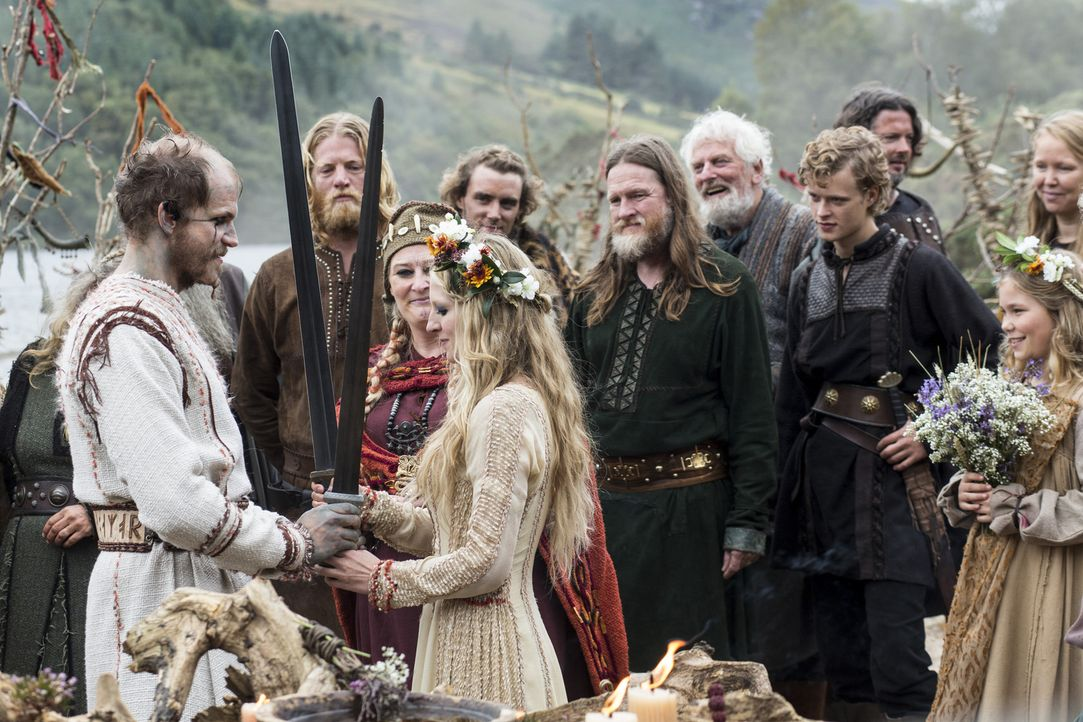 Während Judith, die Tochter von König Aelle, und Aethelwulf, der Sohn von König Ecbert, eine christliche Ehe eingehen, feiern Floki (Gustaf Skarsgar... - Bildquelle: 2014 TM TELEVISION PRODUCTIONS LIMITED/T5 VIKINGS PRODUCTIONS INC. ALL RIGHTS RESERVED.