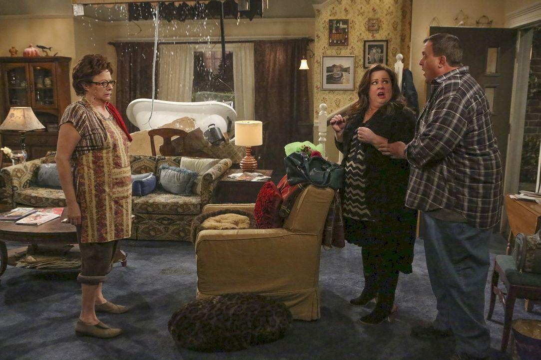 Nicht nur Peggy (Rondi Reed, l.) ist nicht mehr die Allerjüngste, auch ihr Haus kommt langsam, aber sicher in die Jahre. Als ihre Badewanne durch di... - Bildquelle: Warner Brothers