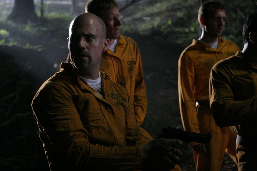 Floyd (Gil Kolirin, l.) und die anderen vom Gefangenentransport geraten mitten unter eine blutrünstige Kannibalenfamilie, deren Hunger schier unstil... - Bildquelle: Constantin Film Verleih GmbH.