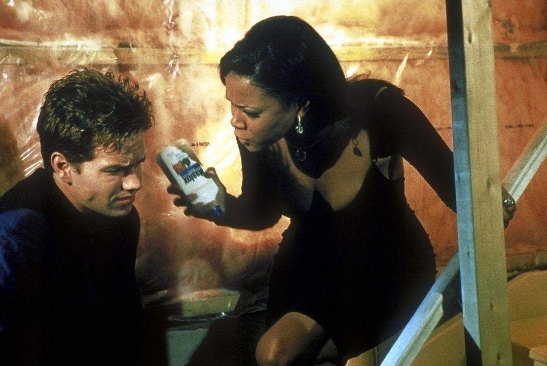 Ein Unglück kommt selten allein: Chantel (Lela Rochon, r.) brennt mit Mels (Mark Wahlberg, l.) Erspartem durch ... - Bildquelle: Columbia Pictures