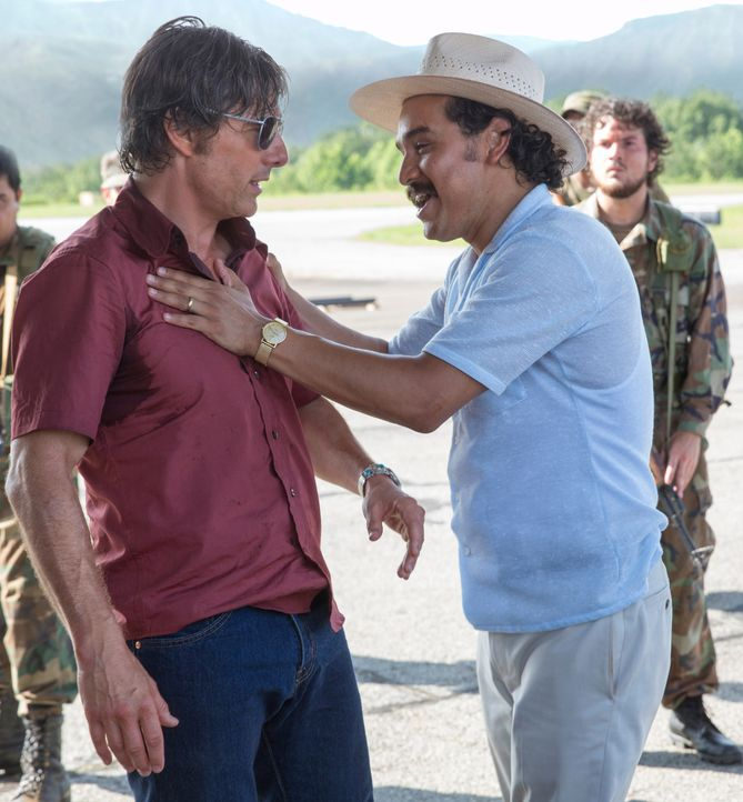 Barry Seal (Tom Cruise, l.); Jorge Ochoa (Alejandro Edda, r.) - Bildquelle: David James Universal Pictures / David James