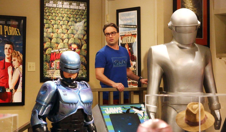 Ist nicht erfreut, als plötzlich Dr. Lorvis vor der Tür steht und Penny Avancen macht: Leonard (Johnny Galecki) ... - Bildquelle: Warner Brothers