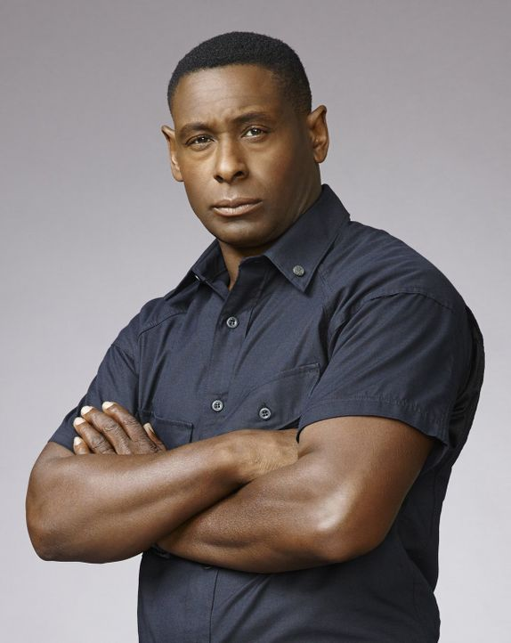 "(1. Staffel) - Der frühere CIA-Agent Hank Henschaw (David Harewood) leitet nun das DEO, das ""Department of Extra-Normal Operations"" und steht Kara a... - Bildquelle: 2015 Warner Bros. Entertainment, Inc."
