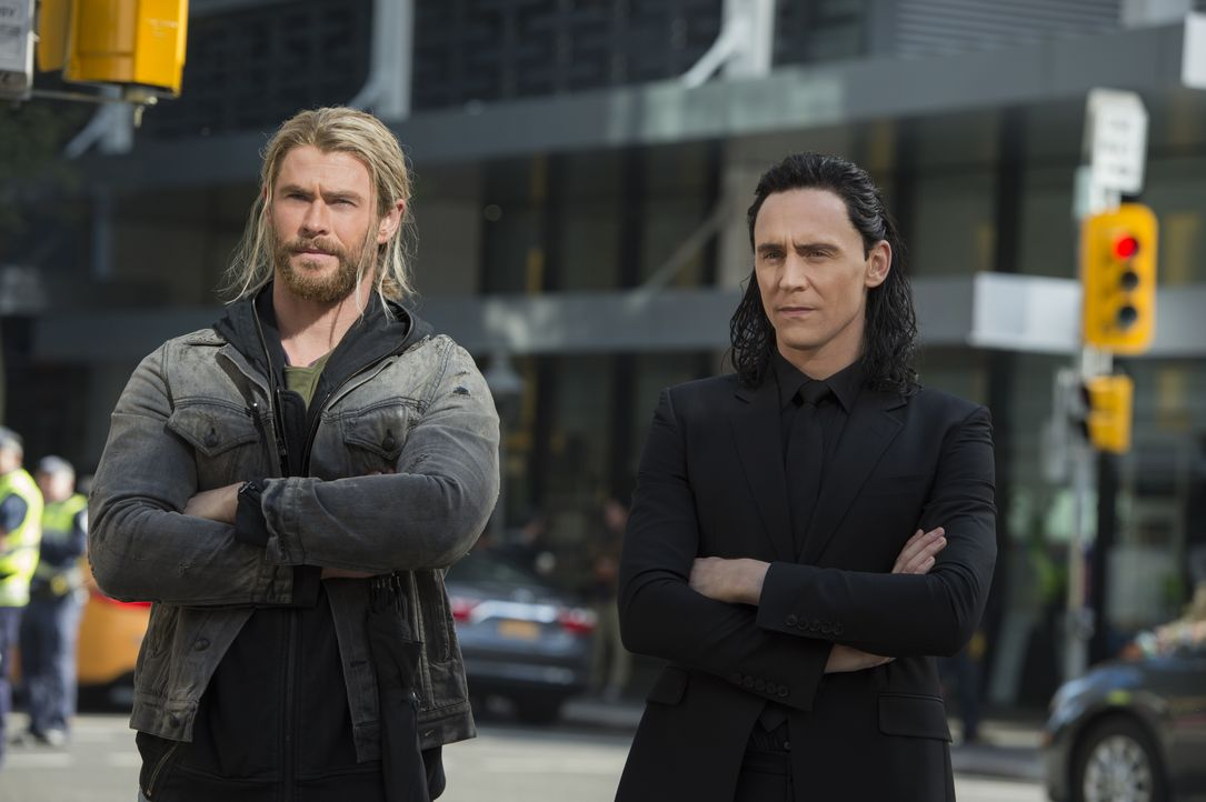 Thor (Chris Hemsworth, l.); Loki (Tom Hiddleston, r.) - Bildquelle: Jasin Boland Marvel Studios 2017 / Jasin Boland