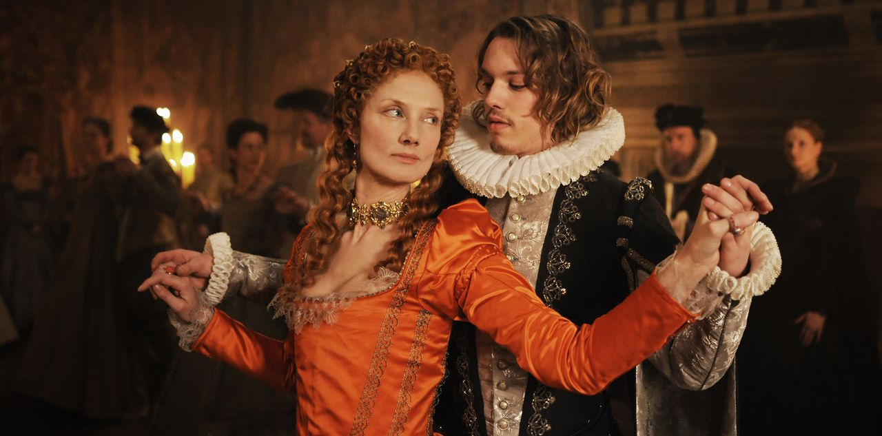 Teilen die Leidenschaft für das Theater: der junge Adlige Edward de Vere (Jamie Campbell Bower, r.) und Königin Elizabeth I. (Joely Richardson, l.)... - Bildquelle: Reiner Bajo 2011 Columbia Pictures Industries, Inc. and Beverly Blvd LLC. All Rights Reserved.
