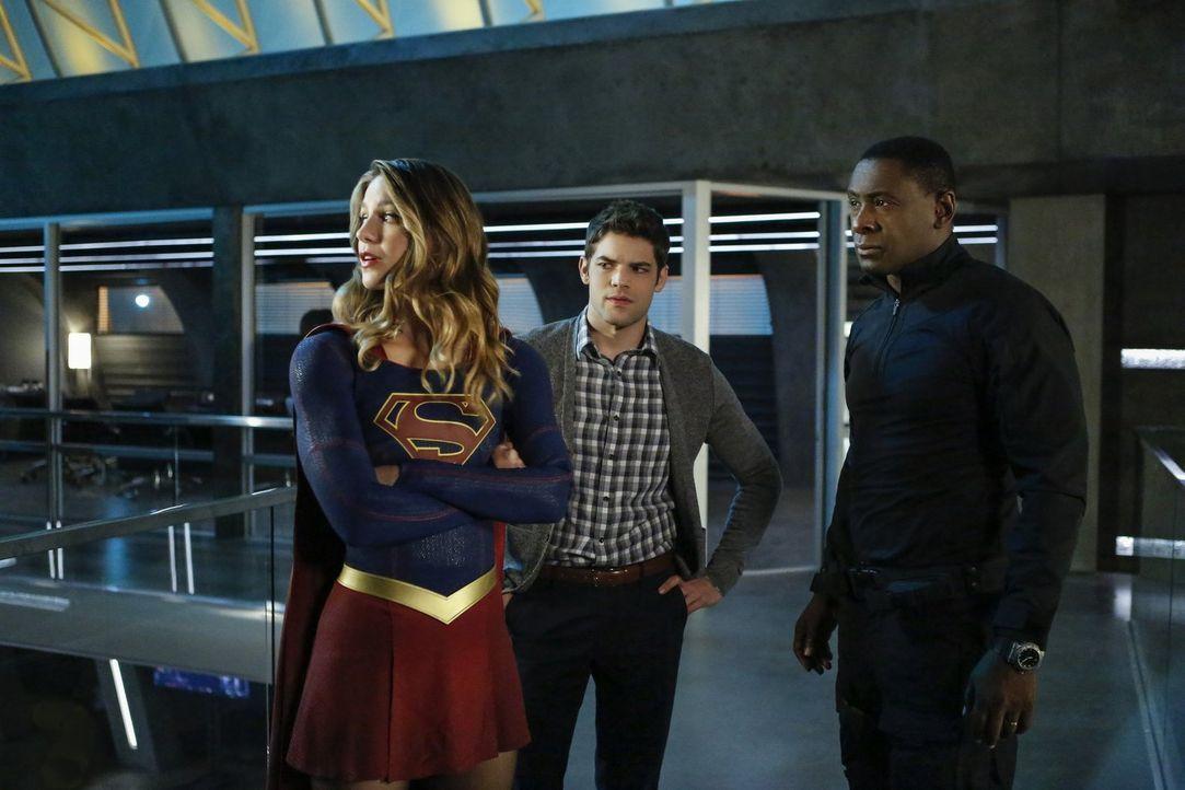 Als Cadmus ein Virus freisetzt, das umgehend alle Aliens tötet, müssen Supergirl (Melissa Benoist, l.), Winn (Jeremy Jordan, M.) und Hank (David Har... - Bildquelle: 2016 Warner Bros. Entertainment, Inc.