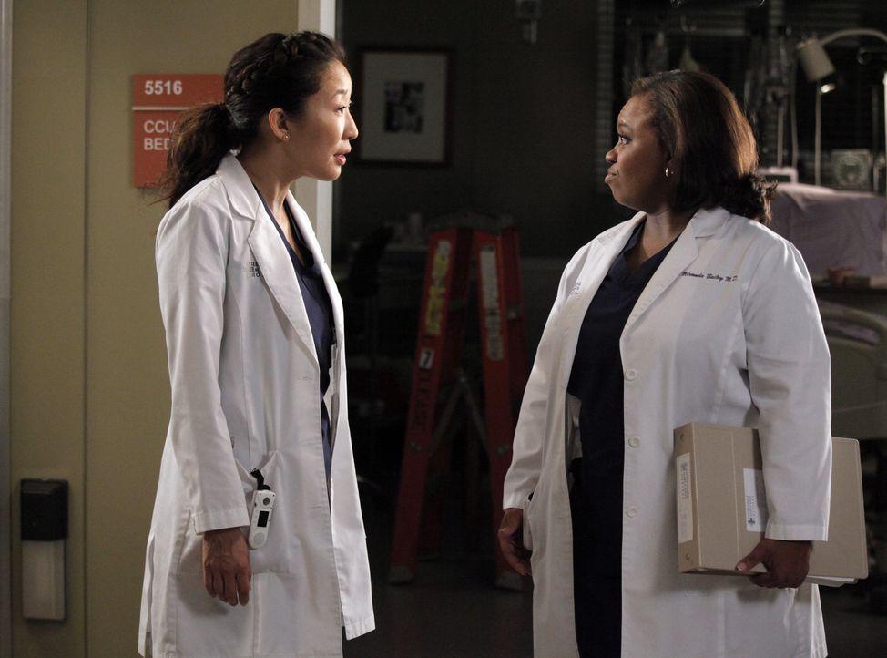 Während sich Bailey (Chandra Wilson, r.) mit Ben über ihre Hochzeitspläne streitet, versuchen  Cristina (Sandra Oh, l.) und Owen einen Weg zu fin... - Bildquelle: ABC Studios