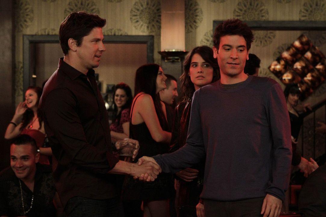 Während Barney seinen Vater Jerry besser kennenlernen möchte, trifft Robin (Cobie Smulders, 2.v.r.) einen Mann (Michael Trucco, l.), auf den sie s... - Bildquelle: 20th Century Fox International Television