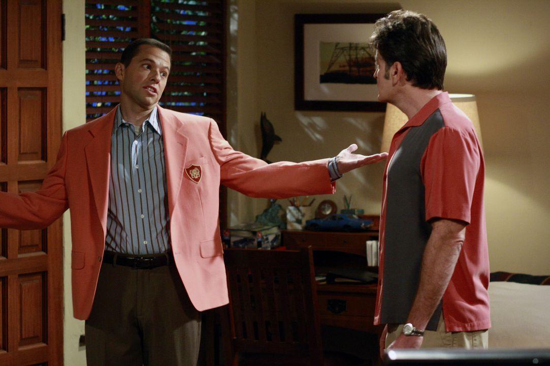 Während Charlie (Charlie Sheen, r.) Probleme mit Jake hat, nimmt Alan (Jon Cryer, l.) in der Immobilienagentur seiner Mutter einen Aushilfsjob an,... - Bildquelle: Warner Bros. Television