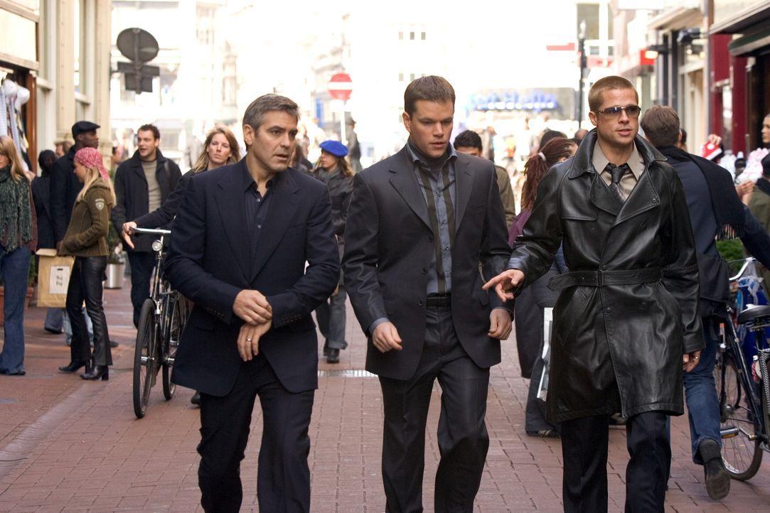 Wollen innerhalb von zwei Wochen drei schier unmögliche Diebstähle in Europa begehen: Rusty Ryan (Brad Pitt, r.), Danny Ocean (George Clooney, l.) u... - Bildquelle: Warner Bros. Television