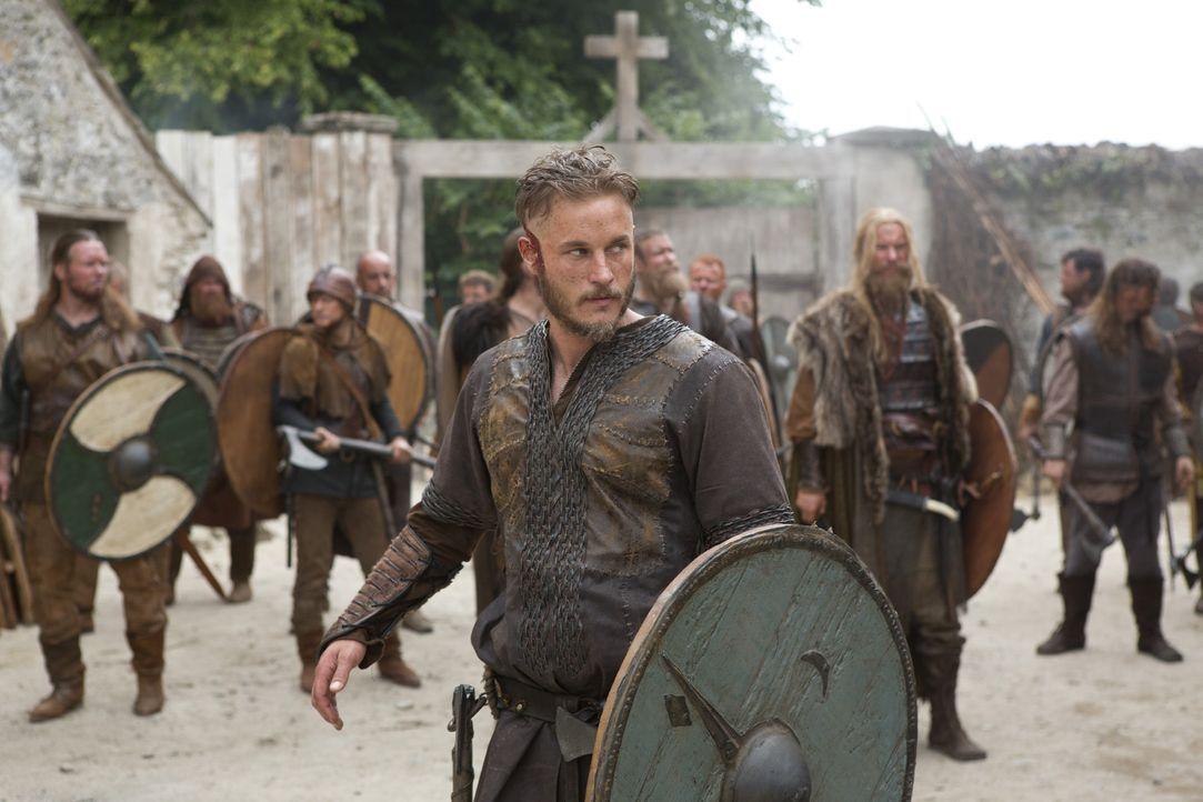 Als Ragnar Lothbrok (Travis Fimmel, vorne) und seine Mannschaft auf Land treffen, stoßen sie ausgerechnet auf ein Kloster ... - Bildquelle: 2013 TM TELEVISION PRODUCTIONS LIMITED/T5 VIKINGS PRODUCTIONS INC. ALL RIGHTS RESERVED.