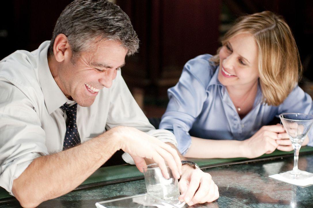 Auf einem seiner Flüge lernt Ryan (George Clooney, l.) die Geschäftsfrau Alex (Vera Farmiga, r.) kennen. Obwohl beide zunächst nur sexuelle Befri... - Bildquelle: TM and   2009 by DW Studios LLC. All rights reserved.