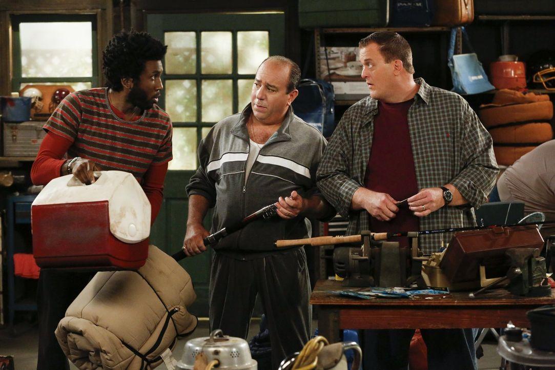 Ahnen nicht, dass ihr Männerausflug auf der Kippe steht: Mike (Billy Gardell, r.), Samuel (Nyambi Nyambi, l.) und Vince (Louis Mustillo, M.) ... - Bildquelle: Warner Brothers