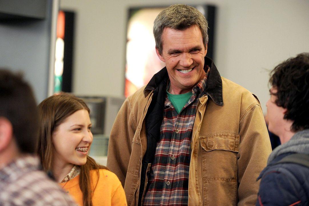 Für Mike (Neil Flynn, Mr.) steht dank Sues (Eden Sher, l.) Gewinn der erste Flug seines Lebens an. Hoffentlich wird es ein guter ... - Bildquelle: Warner Brothers