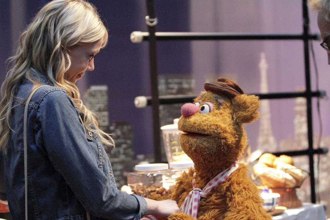 Während Fozzie Bär (r.) die Eltern seiner Freundin (l.) kennenlernt, probt die Band Imagine Dragons für ihren Auftritt in der Sendung ... - Bildquelle: Andrea McCallin ABC Studios