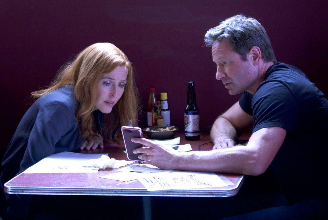 Als Scully (Gillian Anderson, l.) und Mulder (David Duchovny, r.) eine unerwartete Nachricht erhalten, ahnen sie nicht, in was sie dort hineingezoge... - Bildquelle: 2017 Fox and its related entities.  All rights reserved.