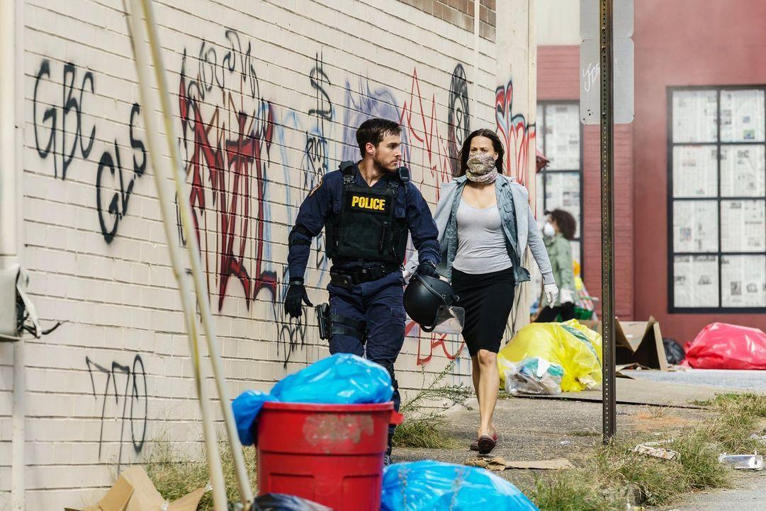 Jake (Chris Wood, l.) und Katie (Kristen Gutoskie, r.) kommen einer infizierten Person gefährlich nahe, während Leo weiter nach der wahren Ursache d... - Bildquelle: Warner Brothers