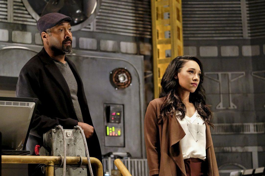 Noch ahnen weder Joe (Jesse L. Martin, l.) und Iris (Candice Patton, r.), noch der Rest von Team Flash, dass Wally plötzlich von Savitar-Visionen he... - Bildquelle: 2016 Warner Bros.