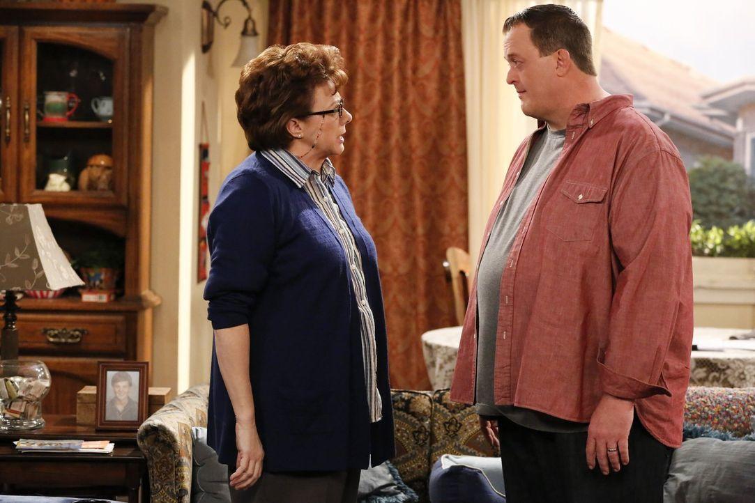 Als Molly Dampf über das Schreiben mit Peggy (Rondi Reed, r.) ablässt, wird sie sauer als sie mitbekommt, dass Mike (Billy Gardell, l.) ihr gar nich... - Bildquelle: Warner Brothers