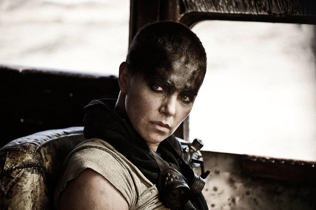Eigentlich soll Imperator Furiosa (Charlize Theron) für den tyrannischen Anführer und dessen Fuhrpark Benzin besorgen, doch sie nutzt ihre Chance un... - Bildquelle: 2015 Warner Bros.