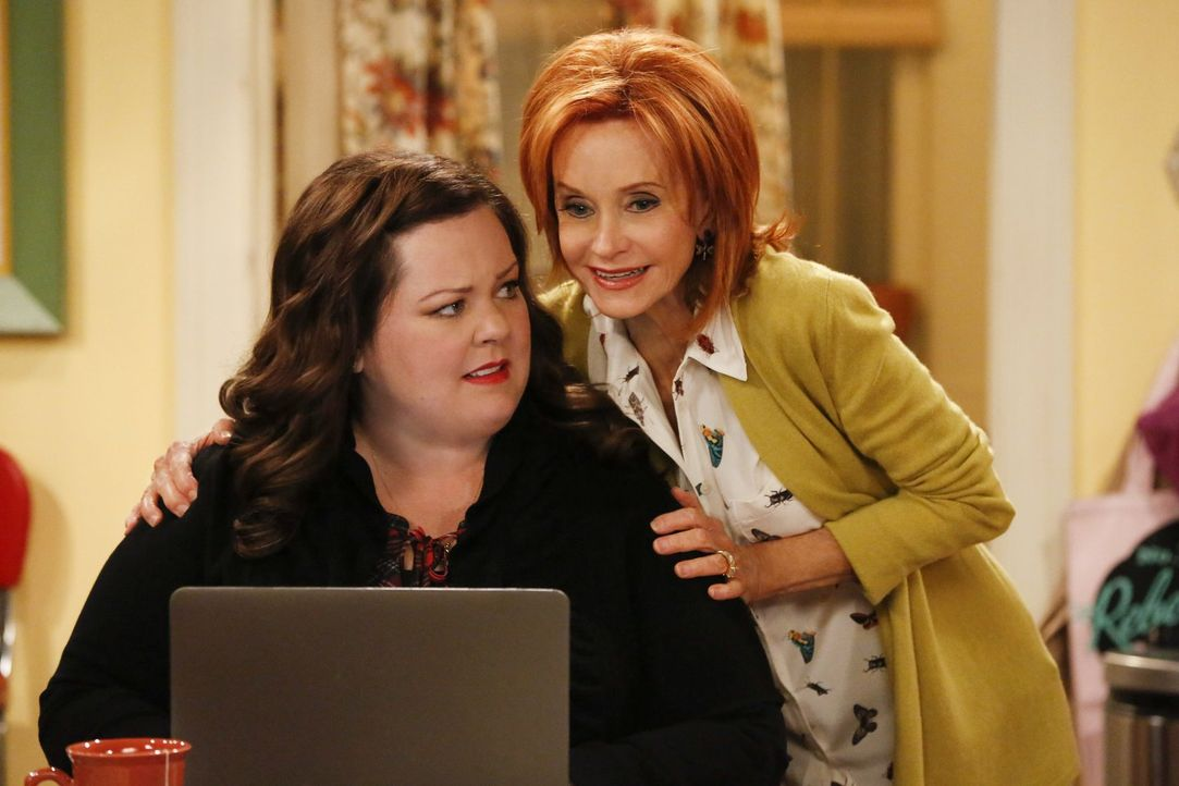 Freuen sich, sich nach acht Wochen wiederzusehen: Molly (Melissa McCarthy, l.) und ihre Mutter Joyce (Swoosie Kurtz, r.) ... - Bildquelle: Warner Brothers