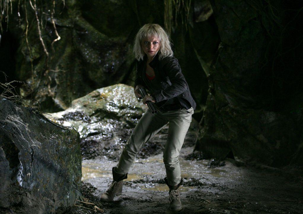 Im Kampf gegen gefährliche Kreaturen, setzt Abby (Hannah Spearitt) immer wieder ihr Leben aufs Spiel ... - Bildquelle: ITV Plc