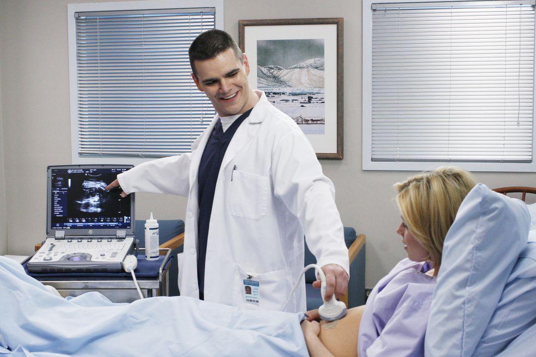 Der Geburtshelfer (Michael Ausiello, l.) kümmert sich um seine Patientin (Elizabeth Banks, r.) ... - Bildquelle: Touchstone Television