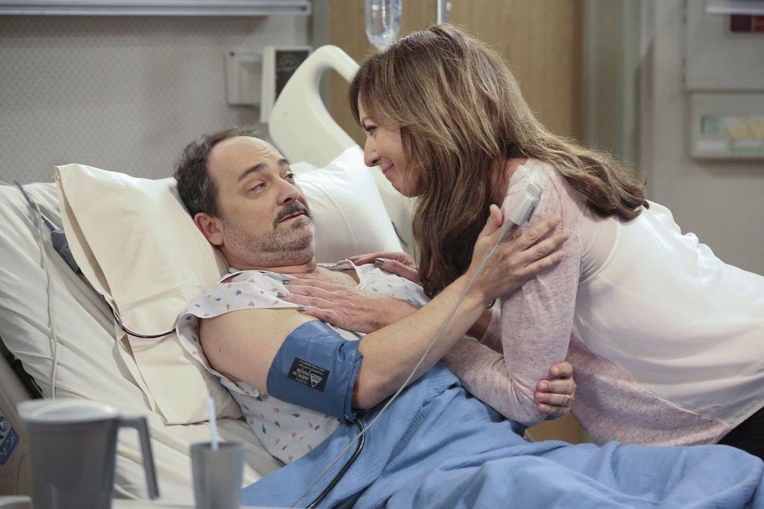 Versöhnung im Krankenhaus: Bonnie (Allison Janney, r.) ist schließlich doch bereit, Alvin (Kevin Pollak, l.) zu verzeihen. Schließlich hat er ihr zu... - Bildquelle: Warner Brothers Entertainment Inc.