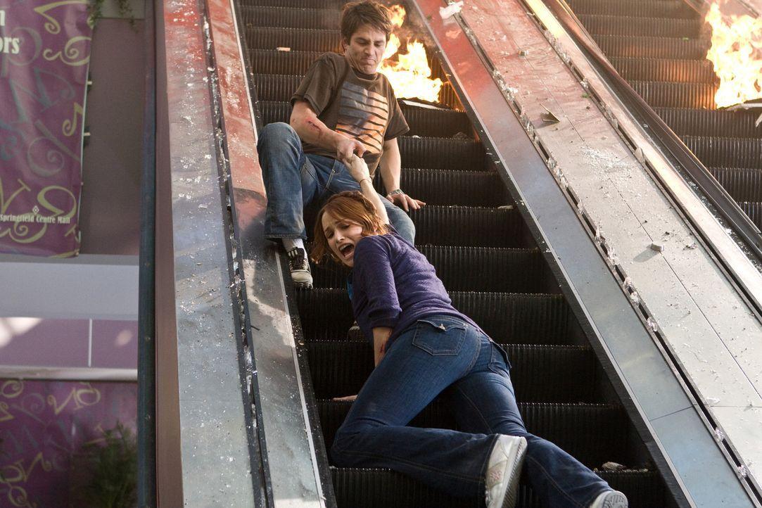 Verzweifelt versucht Nick (Bobby Campo, hinten) seine Freundin Lori (Shantel VanSanten, vorne) aus dem zerstörten Kino zu retten. Doch dann brechen... - Bildquelle: MMVII New Line Productions, Inc.