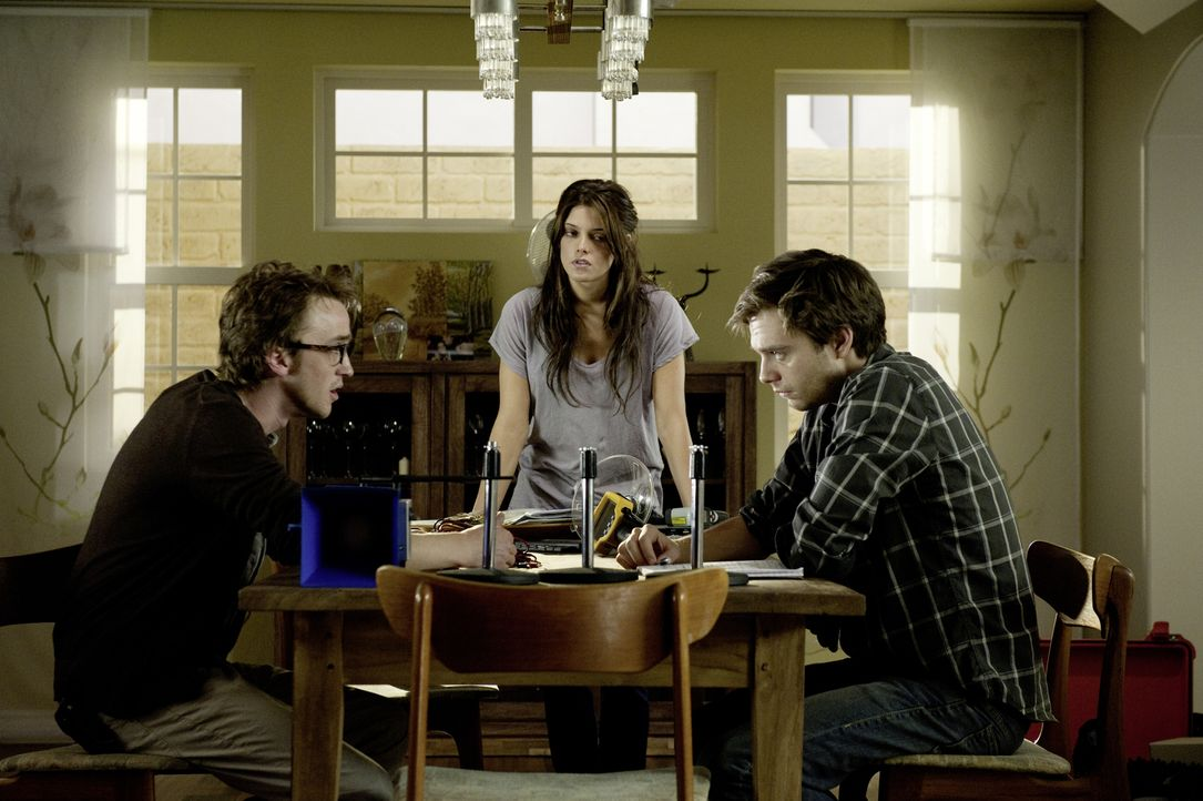 Müssen alles riskieren, um das Böse zurück in seine Welt zu schicken: Kelly (Ashley Greene, M.), Ben (Sebastian Stan, r.) und Patrick (Tom Felton, l... - Bildquelle: 2012 Dark Castle Holdings, LLC.