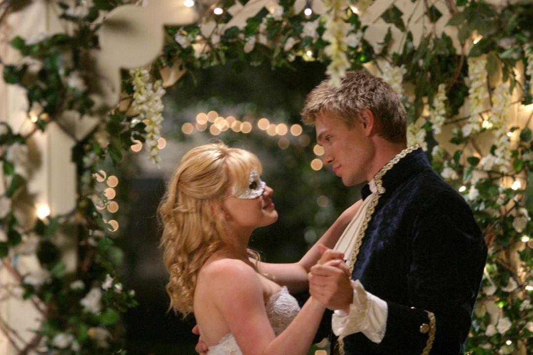 Kommen sich Austin (Chad Michael Murray, r.) und Sam (Hilary Duff, l.) beim großen Schulball näher? - Bildquelle: Warner Bros.
