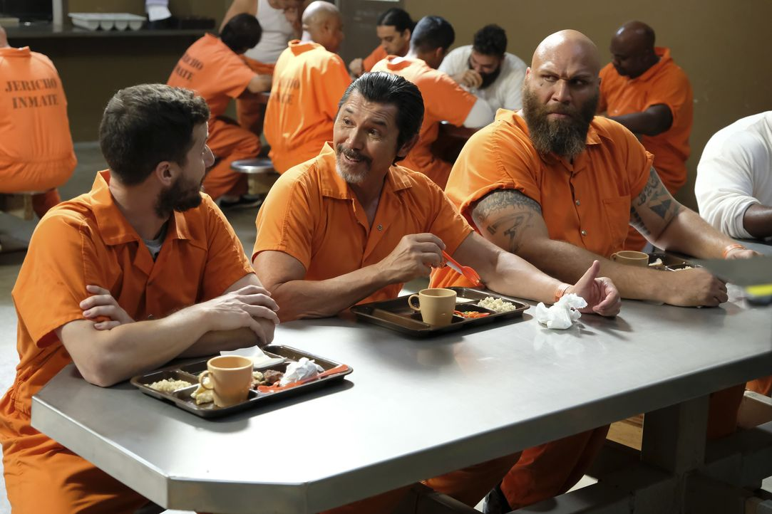 (v.l.n.r.) Jake Peralta (Andy Samberg); Jeff Romero (Lou Diamond Phillips); Tank (Winston James Francis) - Bildquelle: Ray Mickshaw 2018 UNIVERSAL TELEVISION LLC. All rights reserved. / Ray Mickshaw