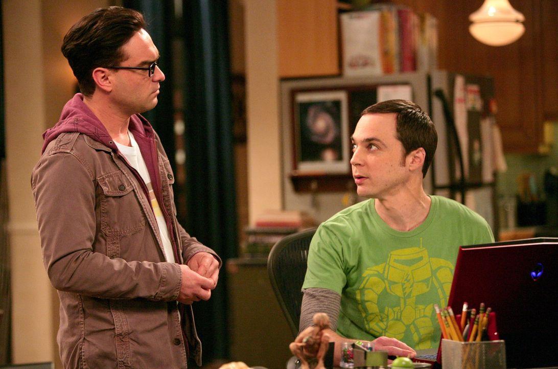 Sheldon (Jim Parsons, r.) hat die Polizei alarmiert, weil er bestohlen wurde. Leonard (Johnny Galecki, l.) ist erleichtert, als er erfährt, dass nic... - Bildquelle: Warner Bros. Television