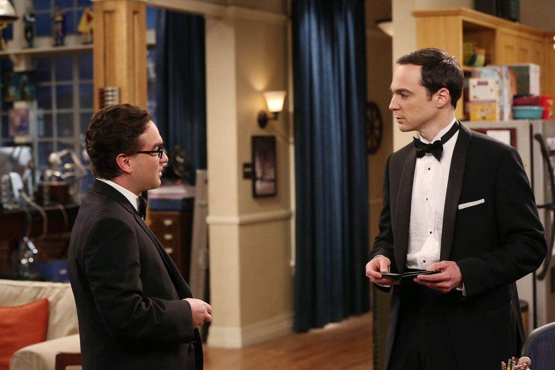 Noch ahnen Leonard (Johnny Galecki, l.) und Sheldon (Jim Parsons, r.) nicht, was an ihrem privaten Abschlussball alles passieren wird ... - Bildquelle: Warner Bros. Television
