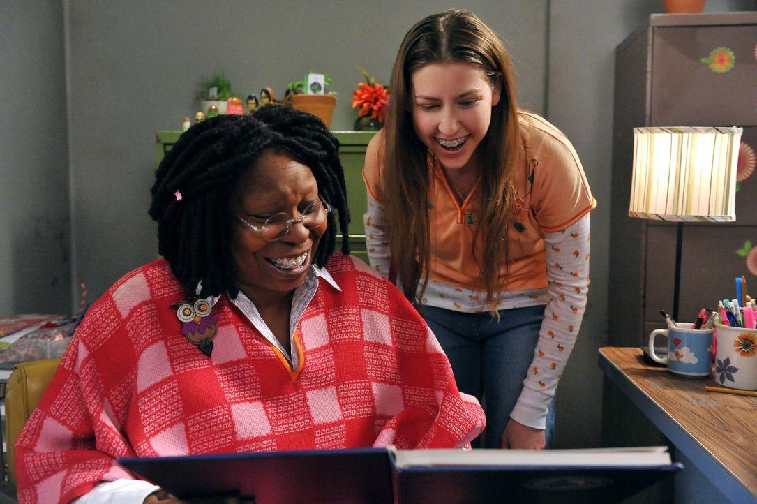 Während Sue (Eden Sher, r.) eine Verbindung zur Vertrauenslehrerin Mrs. Marsh (Whoopi Goldberg, l.) aufbaut, streiten sich ihre Eltern beim Kauf ein... - Bildquelle: Warner Brothers