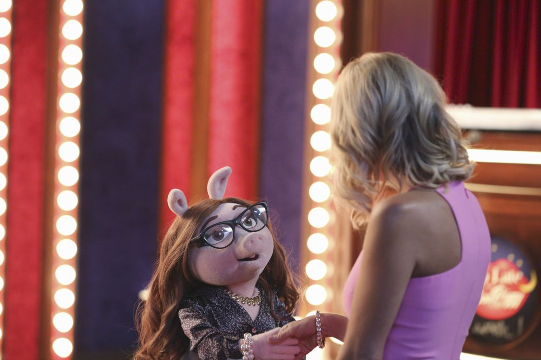 Miss Piggy kann es nicht glauben, dass Kermits neue Freundin Denise (l.) sich an ihre Gast-Musicaldarstellerin Kristin Chenoweth (r.) heranmacht ... - Bildquelle: Carol Kaelson ABC Studios
