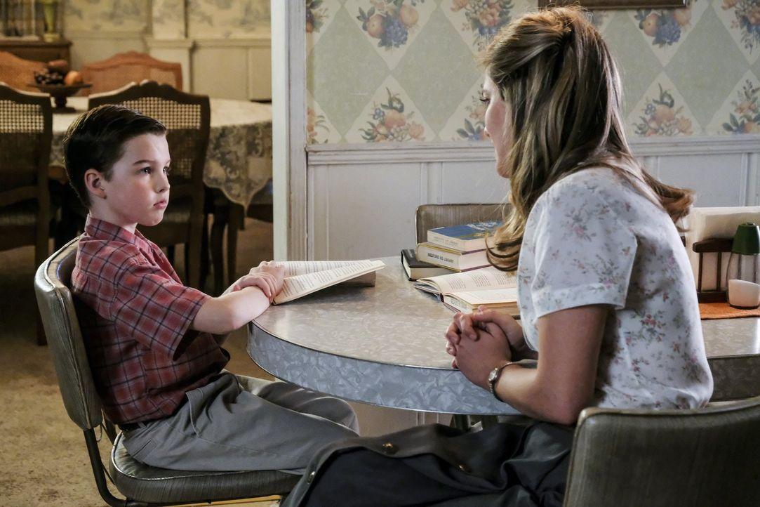 Nachdem Mary (Zoe Perry, r.) herausgefunden hat, welches Spiel Sheldon (Iain Armitage, l.) mit seinen Freunden spielt, schickt sie ihn zur Sonntagss... - Bildquelle: Warner Bros.