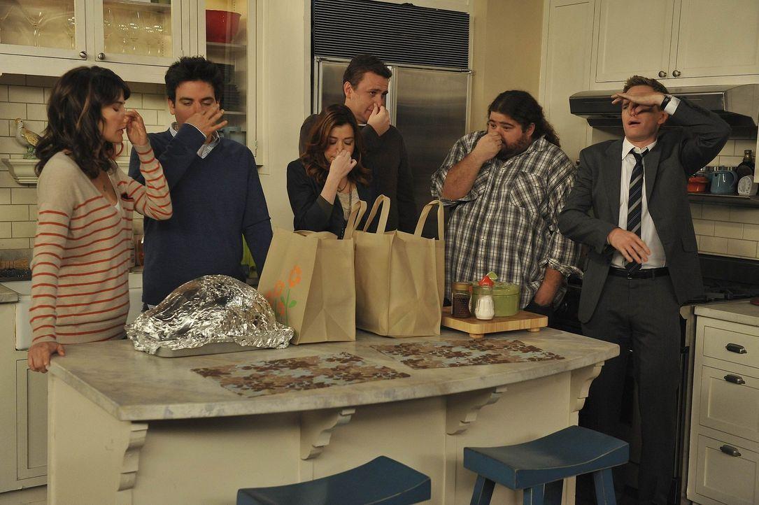 Ein Thanksgivingsabend mit besonderen Überraschungen: Barney (Neil Patrick Harris, r.), Robin (Cobie Smulders, l.), Blitz (Jorge Garcia, 2.v.r.), T... - Bildquelle: 20th Century Fox International Television