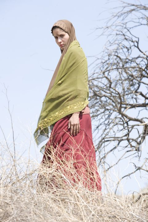 Die afghanische Frau (Mercedes Masöhn) lässt sich nicht einschüchtern von ein paar jungen, hemmungslosen GIs ... - Bildquelle: 2008 Worldwide SPE Acquisitions Inc. All Rights Reserved.