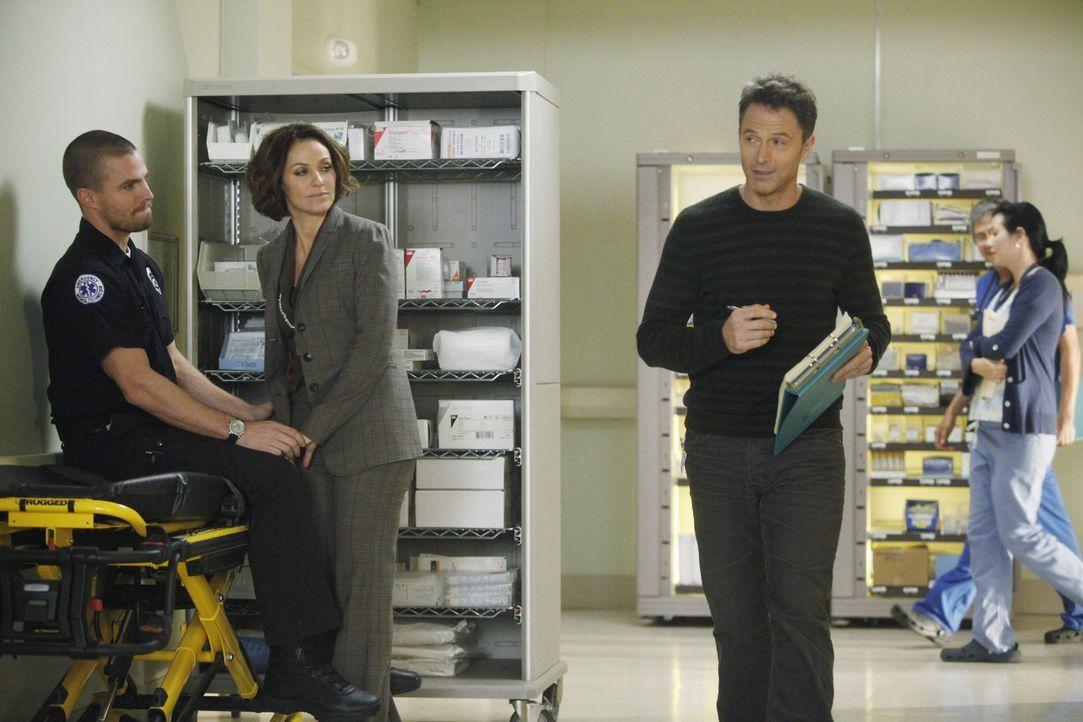 Während sich Sam große Sorgen um seine Schwester macht, ist Pete (Tim Daly, r.) von Viloets (Amy Brenneman, M.) Beziehung zu Scott (Stephen Amell,... - Bildquelle: ABC Studios