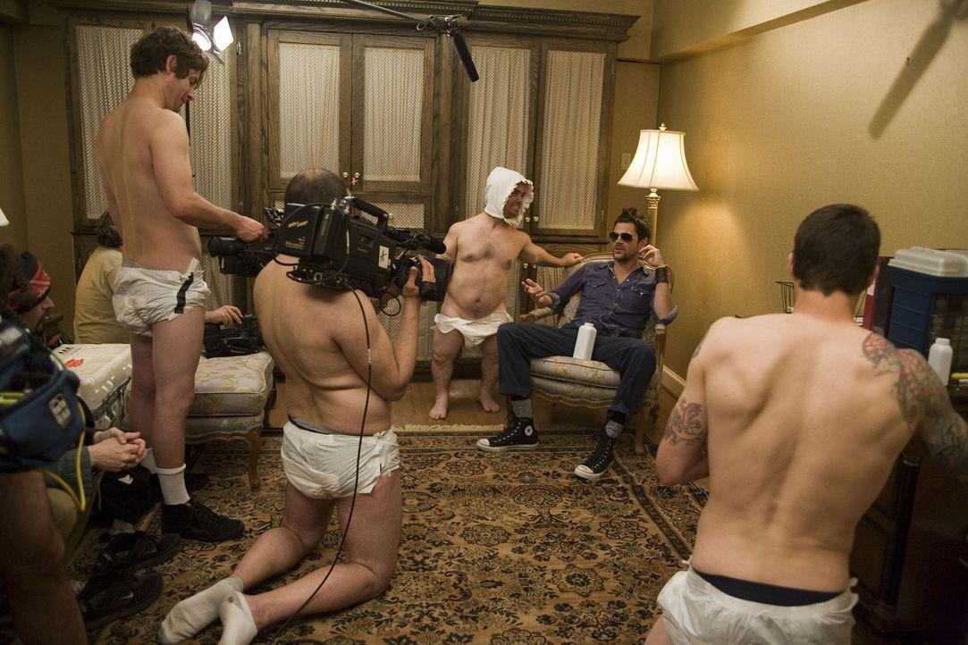 Für jeden Spaß zu haben: Jason 'Wee Man' Acuña (hinten l.) ... - Bildquelle: 2007 BY PARAMOUNT PICTURES AND MTV NETWORKS. A DIVISION OF VIACOM INTERNATIONAL INC. ALL RIGHTS RESERVED.