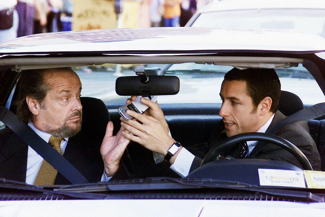Um die Aggressionen während der Fahrt zur Arbeit abzubauen muss sich David (Adam Sandler, r.) mit einer besonderen Übung von Dr. Rydell (Jack Nich... - Bildquelle: 2003 Sony Pictures Television International. All Rights Reserved.