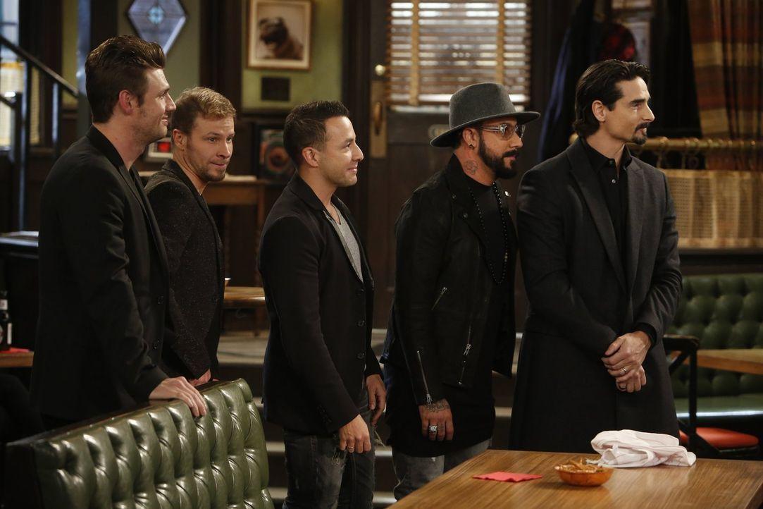 Helfen Justin bei einem Heiratsantrag für Candace: die Backstreet Boys ... - Bildquelle: Warner Brothers