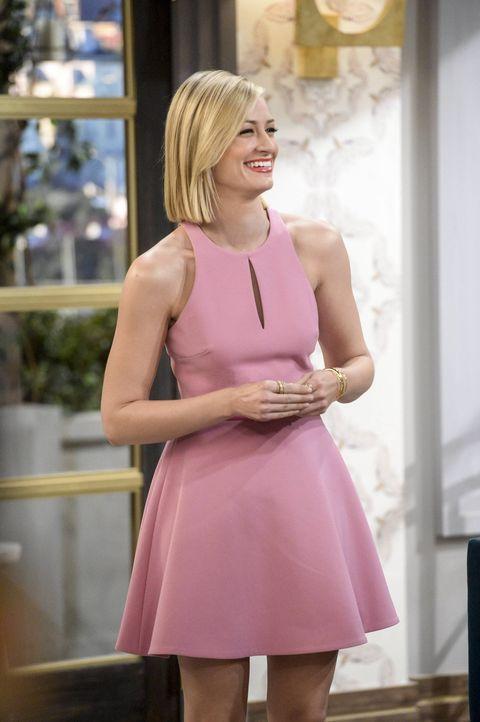 Caroline (Beth Behrs) trifft sich mit den Studiochefs, die ihr Leben verfilmen lassen wollen. Sie ist jedoch hin- und hergerissen, ob sie sich auf d... - Bildquelle: 2016 Warner Brothers