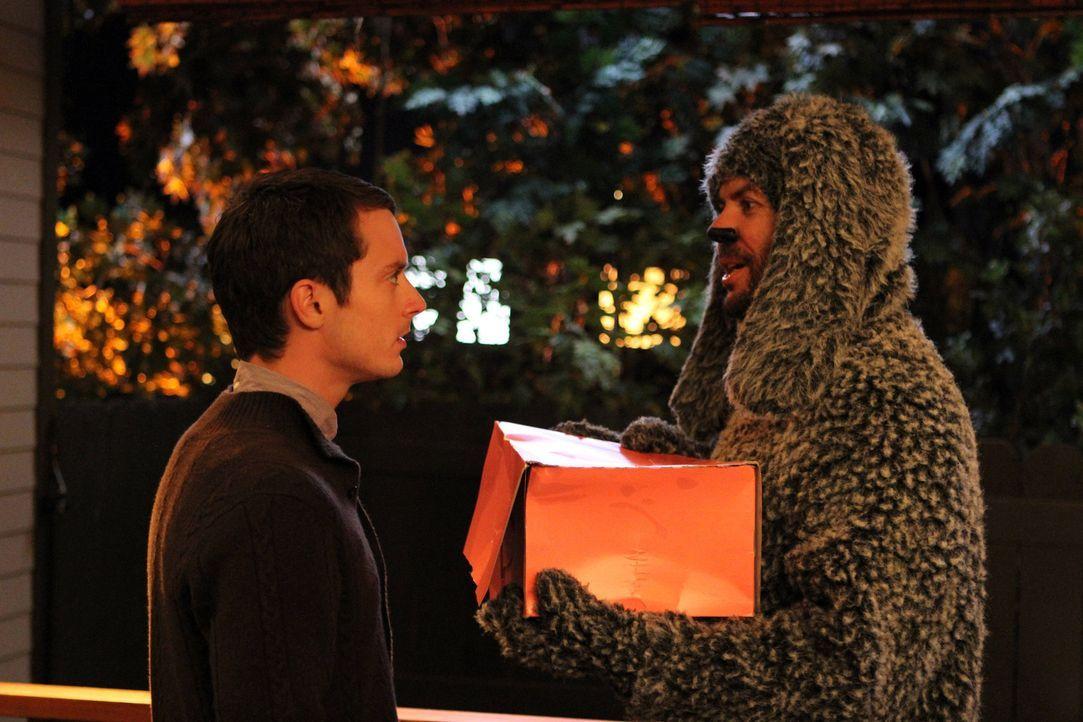 Ryan (Elijah Wood, l.) versucht seinen Nachbarshund Wilfred (Jason Gann, r.) nicht ins Haus zu lassen. Er weiß, dass seine Freundin kein Hundefan i... - Bildquelle: 2011 FX Networks, LLC. All rights reserved.